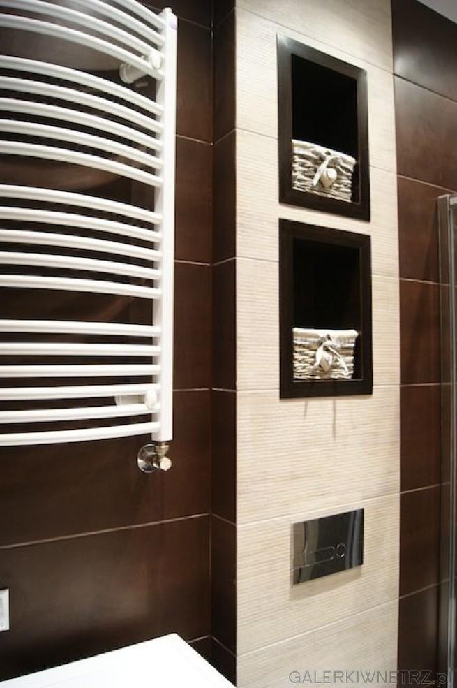 W tej łazience wykorzystano zarówno ciemnobrązowe płytki jak i jasnobeżowe ...