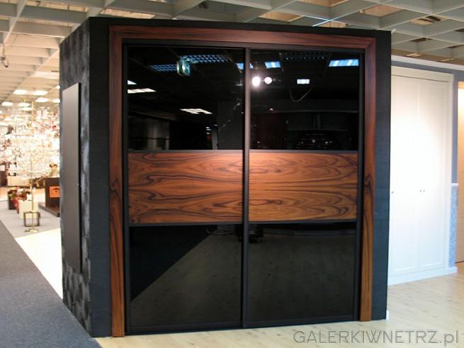 Szafa systemowa z przesuwanymi drzwiami. Wypełnienie: czarne szkło. Drzwi suwane ...