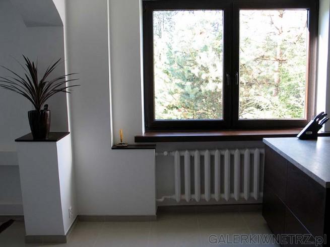 Nowe są okna (plastikowe), stary parapet z lastriko został obłożony też przez ...