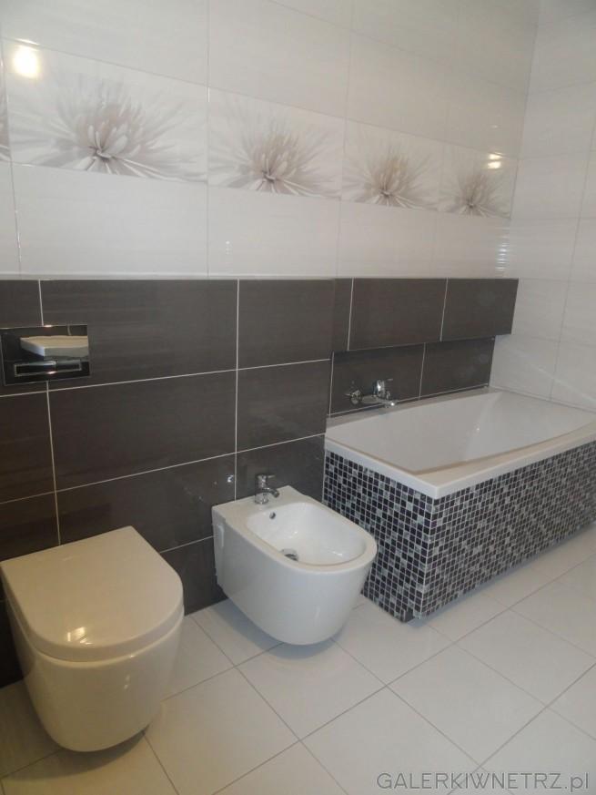 Ściany w łazience są wyłożone płytkami - na górze białymi, gdzie przychodzi ...