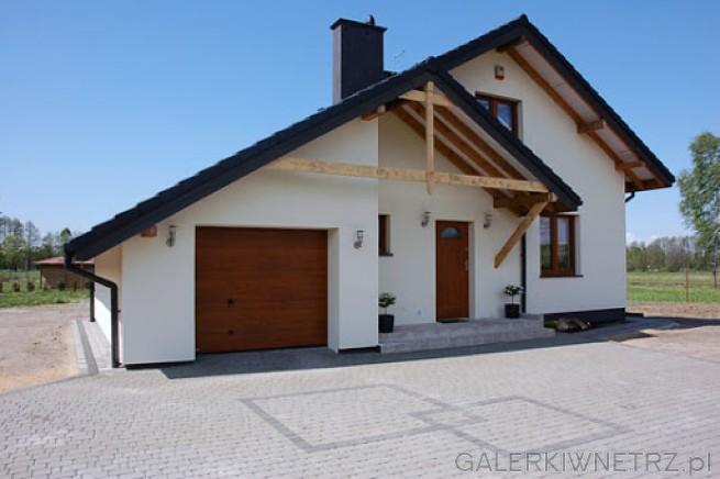 Klasyczny projekt domu z elewacjąpomalowaną na jednolity kolor jasnego beżu. ...