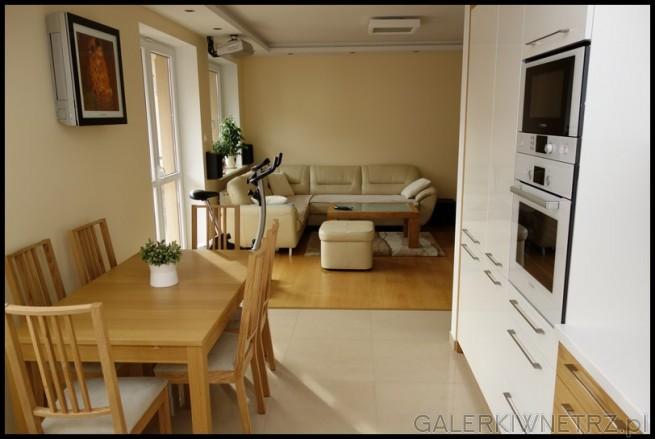 Kuchnia jest pólotwarta i połączona z jadalnią i salonem. Miejscem, które oddziela ...