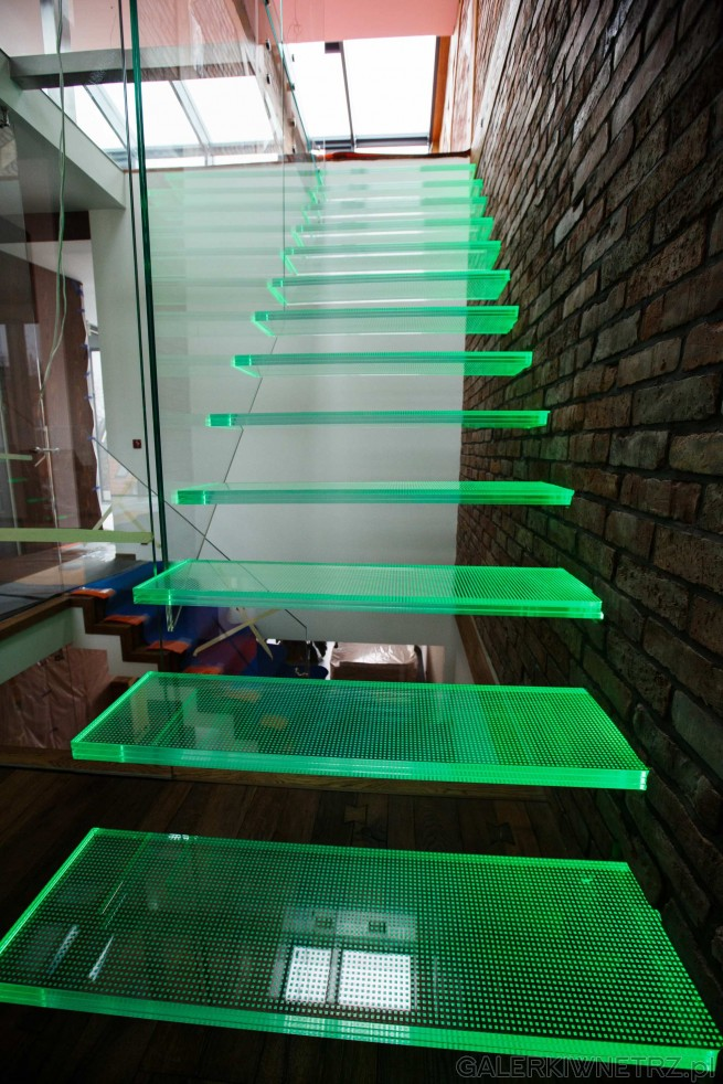 Podświetlane stopnie na zielono - stopnie wspornikowe,, przylegajądo ściany ...
