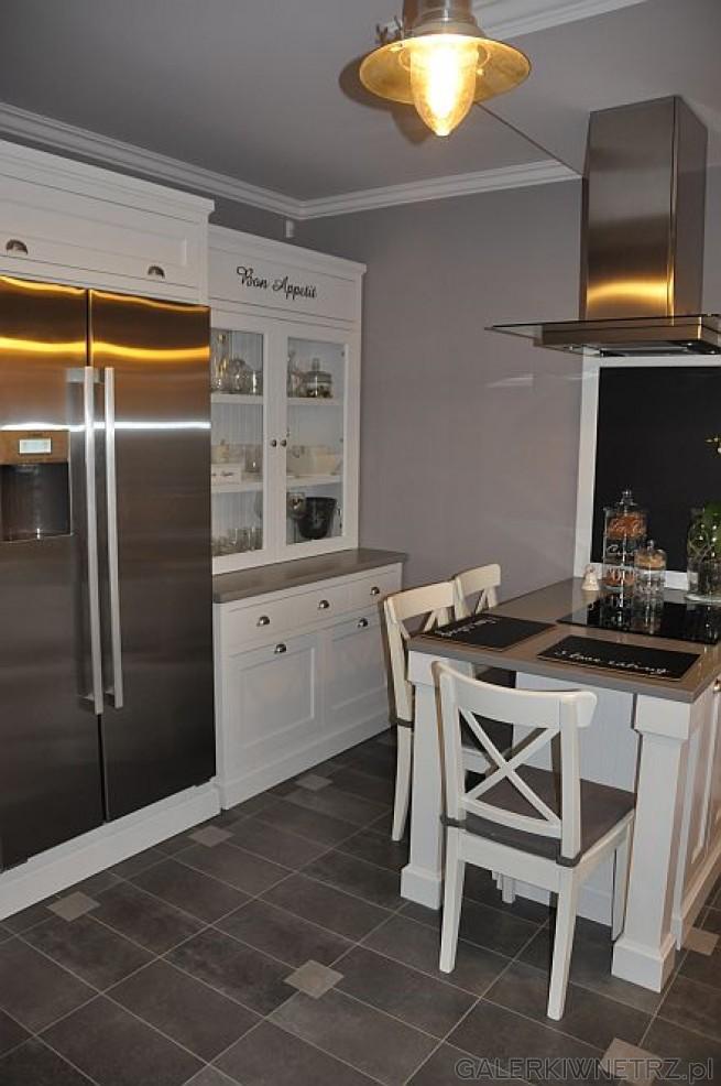 Przyjemna, rodzinna kuchnia urządzona w stylu przypominający nieco retro lub prowansalski. ...