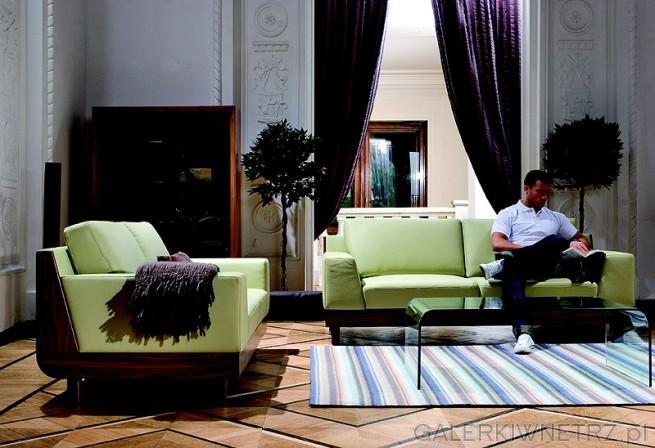 Proste, duże siedzisko, duże poduszki oparciowe uzupełnione są w proste lekko ...