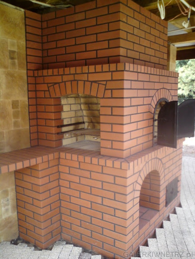 Projekt grillo-kominko-wędzarni, wykonanej z czerwonej, ciemnej cegły, o bardzo ...
