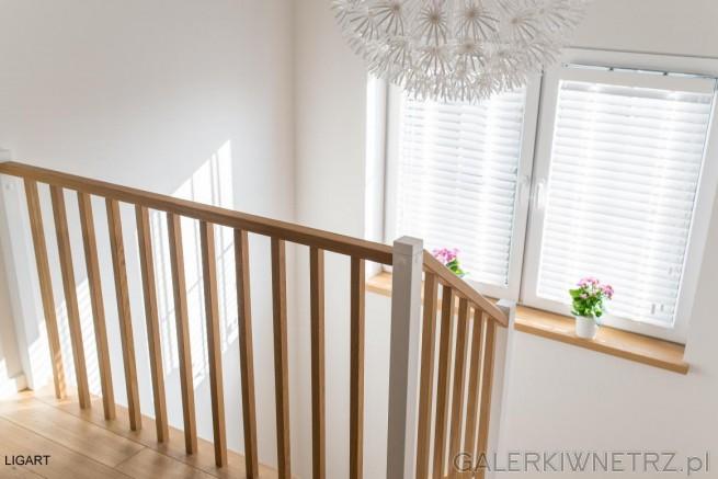 Barierka w tych schodach sk艂ada si臋聽z drewnianych pr臋t贸w pionowych oraz drewnianej ...