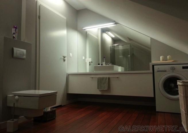 Urocza łazienka utrzymana w jasnych kolorach oraz z panelowąpodłogą. Urządzenia ...