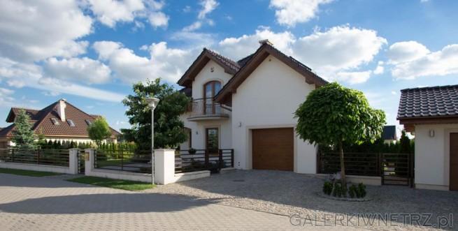 Elewacja domu bardzo stonowana i klasyczna, w kolorze jasnego beżu. Ozdobnym elementem ...