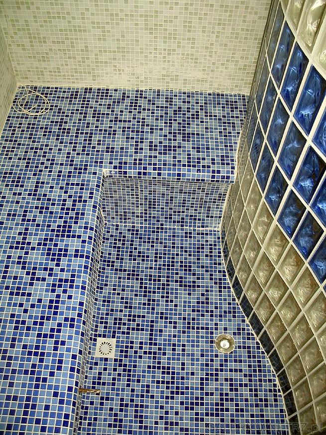 Wnętrze łaźni parowej. Drobna mozaika glazury - tzw. mozaika bissaza. Na wzór ...