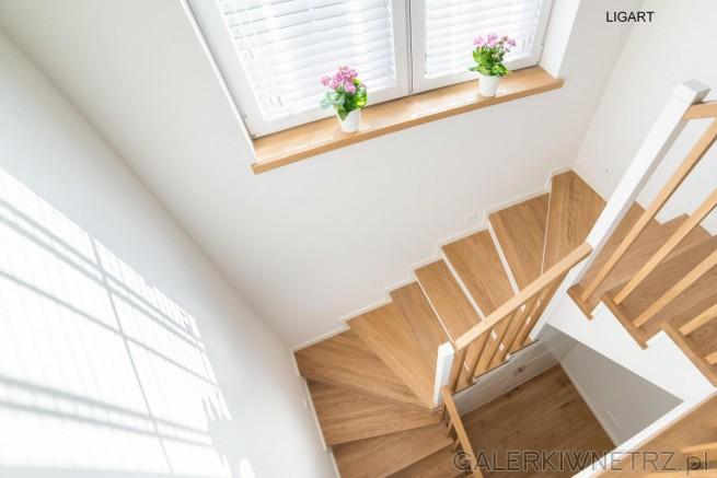 Elegancki, cho膰 prosty pomys艂 na schody wachlarzowe. Stopnice s膮 z jasnego drewna. ...