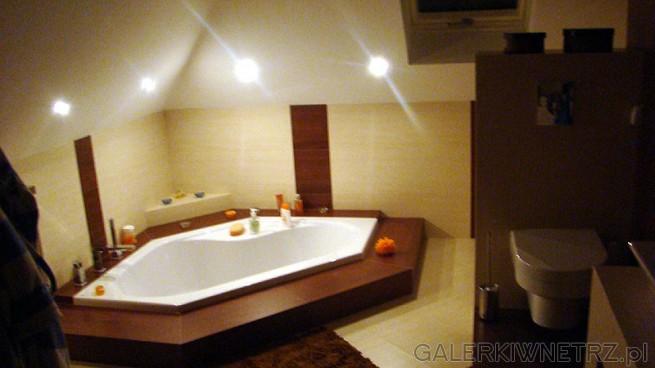 Druga łazienka, z wanną w podłodze - jedynie posiada schodek wysokości 15 cm. ...
