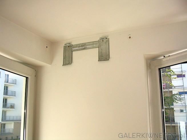 Płyta instalacyjna klimatyzatora zamocowana do ściany. Do płyty montuje się ...