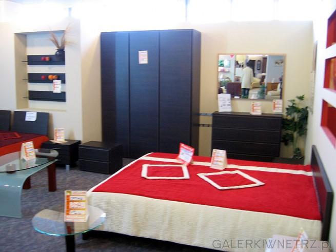 Sypialnia i czerwona narzuta.