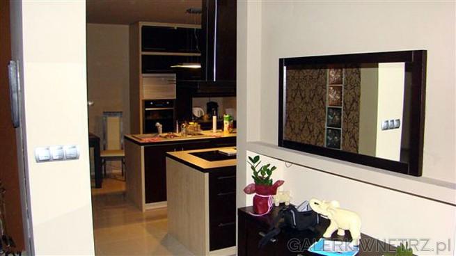 Widok na kuchnie z holu...po lewej stronie- ściana i salon. Z prawej strony szerokie ...