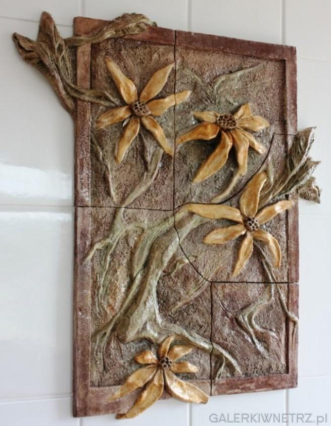 Detal na tr贸jwymiarowy obraz wykonany z ceramiki szamotowej. Obraz zosta艂 umieszczony ...