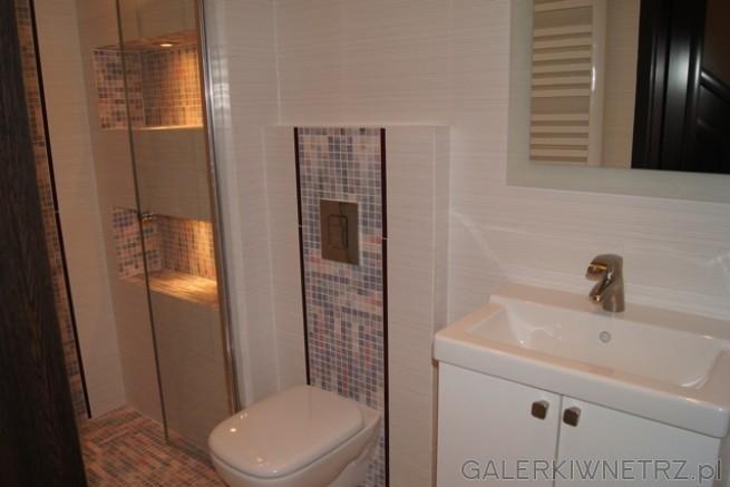 Łazienka kompakt WC koło, mozaika na szerokość sedesu. Prostokątna umywalka ...