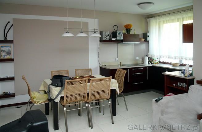 Kuchnia otwarta wraz z jadalnią. Jako oświetlenie w kuchni zastosowany jest plafon. ...