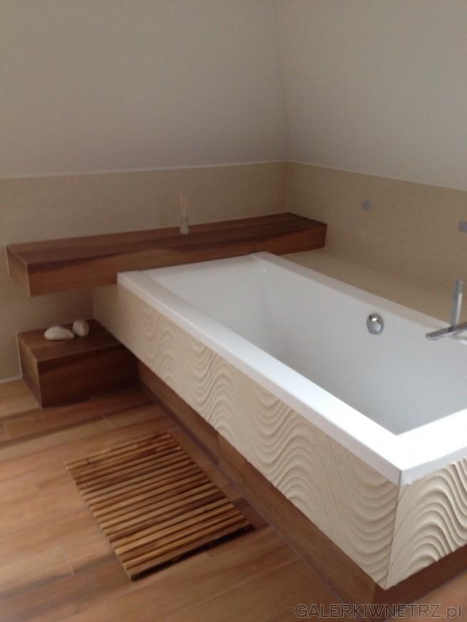 Projekt jasnej łazienki, w której znajdziemy klasycznąbiałą, prostokątną wannę ...