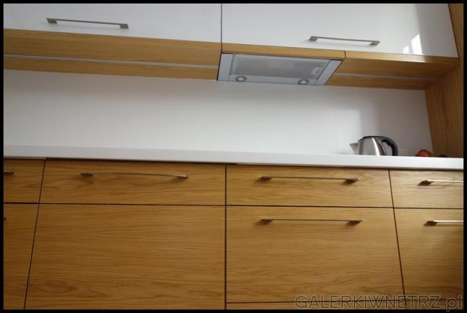 Pod jednąz białych szafek znajduje sięokap szufladowy (Siemens LI 48632) ...