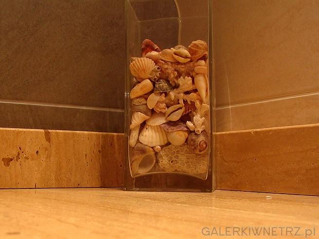 Szklany kubek wraz z muszelkami dodaje uroku. Szkło musi być bardzo grube a zamiast ...
