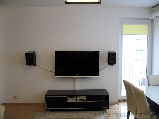 Szafka jest płytka, wybrałem możliwie najpłytszą bo telewizor i tak na niej ...