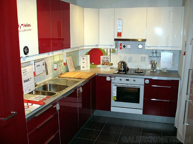 Kuchnia czerwona - bordowa i białe szafki. Wygląda interesująco. Zlewozmywak ...