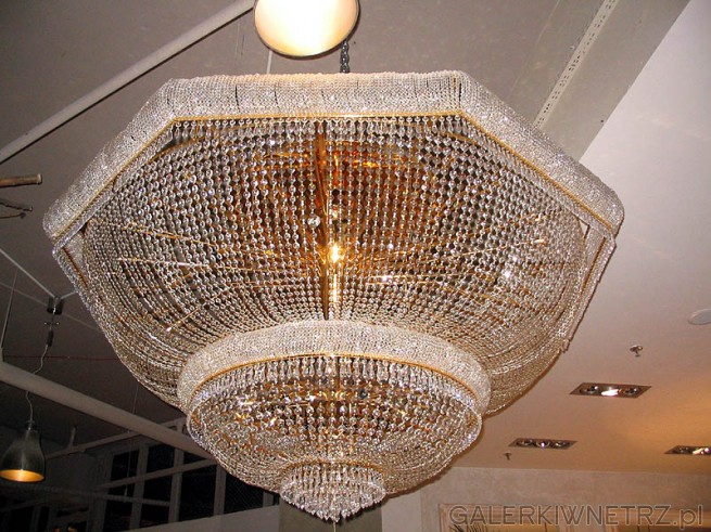 Żyrandol kryształowy raczej do wielkiego domu lub firmy. Jest naprawdę wielki. ...