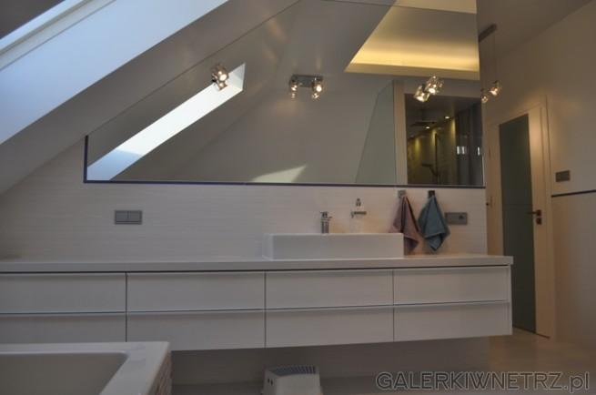 Lustro nad Umywalką, zamontowane pod niewielkim skosem, ma szerokość 260cm, w ...