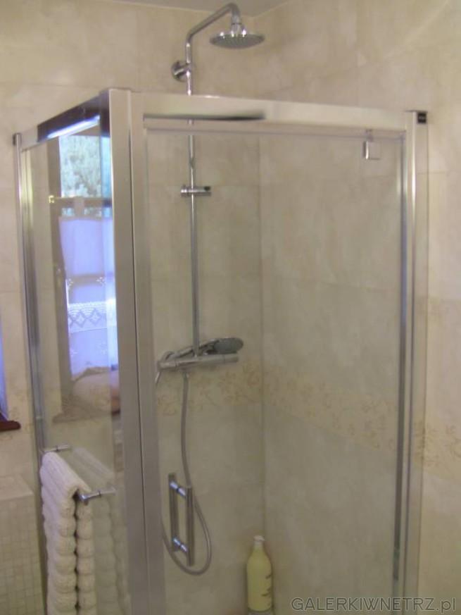 Kabina prysznicowa narożna, z przezroczystymi drzwiami i ścianą. Obramowanie ...