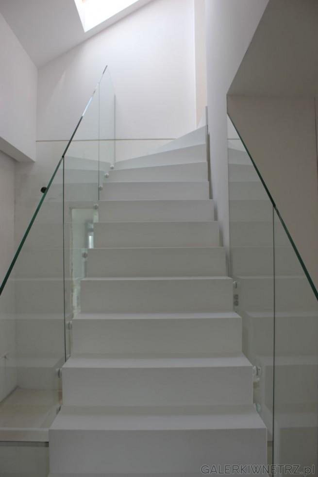 Projekt minimalistycznych schodów: białe stopnie z dwóch stron ograniczone są ...