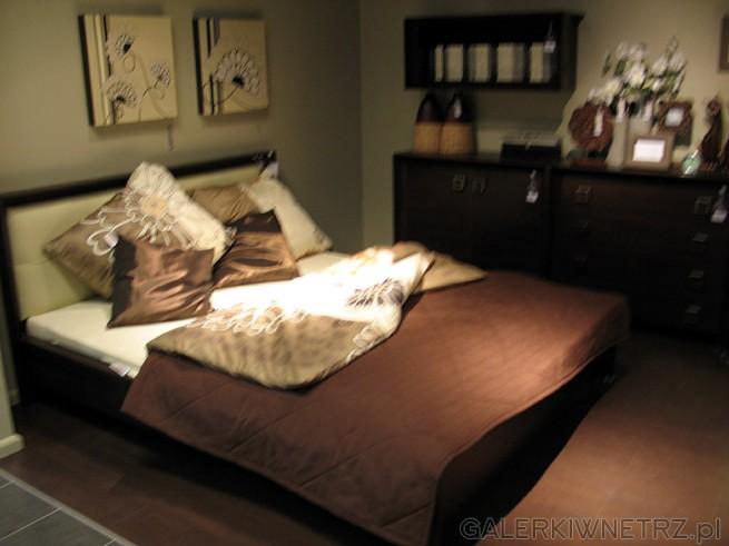 Eleganckie dwuosobowe łóżko w ciemnym kolorze, tu występuje w zestawie z ciekawą ...