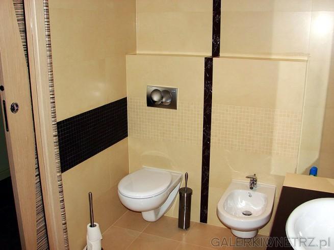 WC i bidet obok siebie. Geberit i klawisz na ścianie