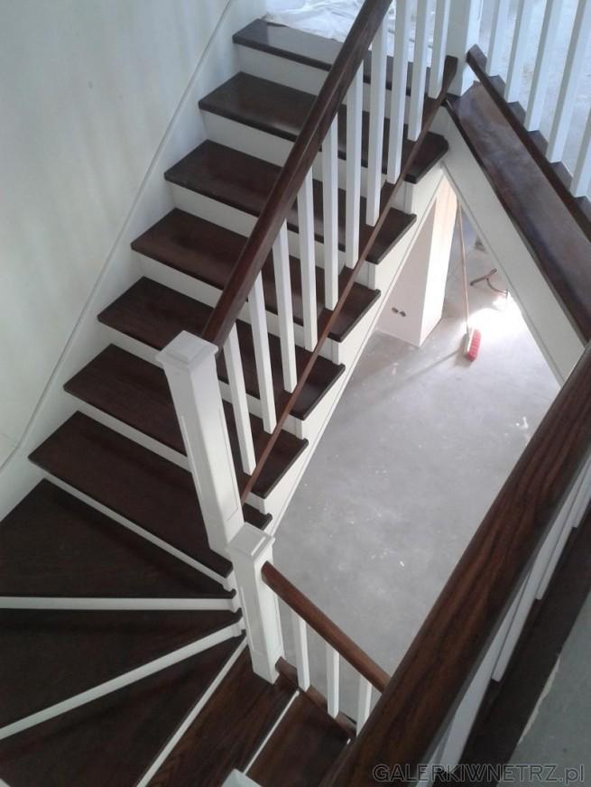Po艂膮czenie jasnego i ciemnego koloru w jednym projekcie schod贸w. Czo艂o schod贸w ...