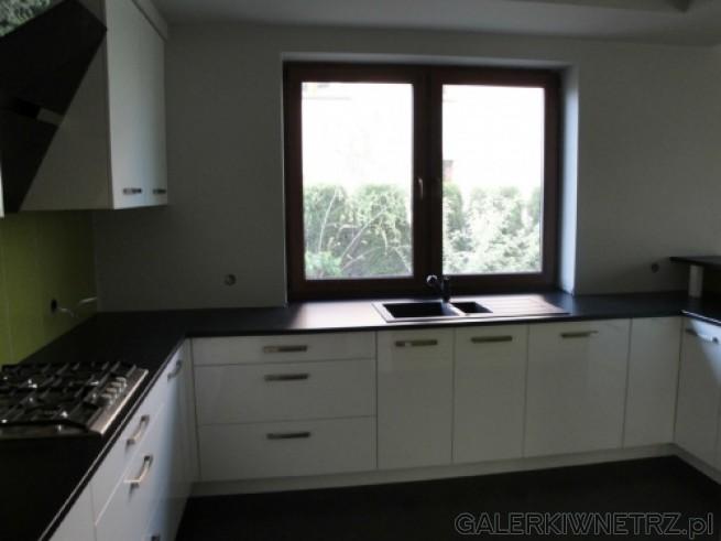 Okno, które dodatkowo oświetla kuchnię. Zlew naprzeciw okna - trzeba uważać aby ...