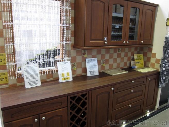 Prosty zestaw mebli kuchennych w ciemnobrązowym kolorze. Ekspozycja w sklepie Castorama. ...