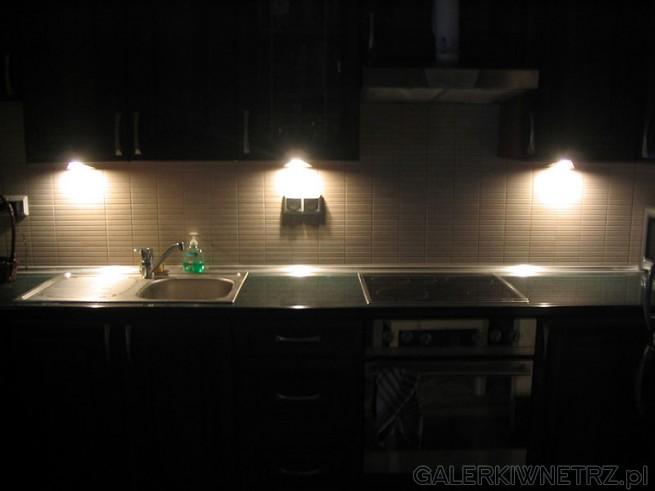 Halogenowe lampki do kuchni - pod szafki. Lampki takie można kupić bez problemu ...