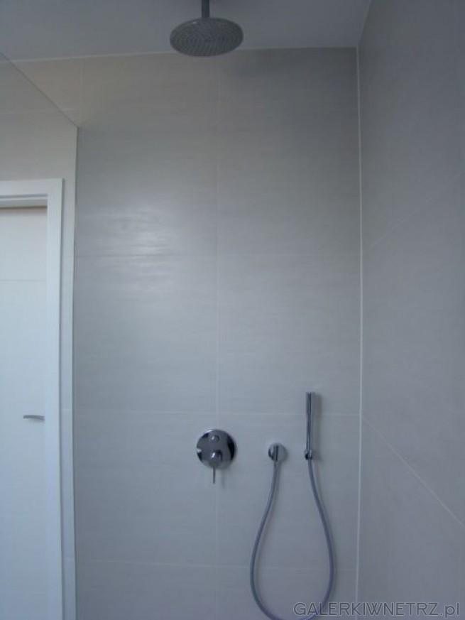 Prysznic pod lekkim skosem, Kabina prysznicowa typu Walk-In, Uchwyty górne CHromowane ...