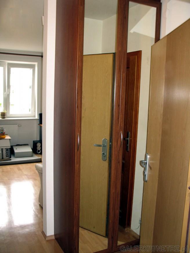 Fronty szafy wnękowej są z MDF, a wypełnienie: lustro. Skrzynia szafy to zwykła ...