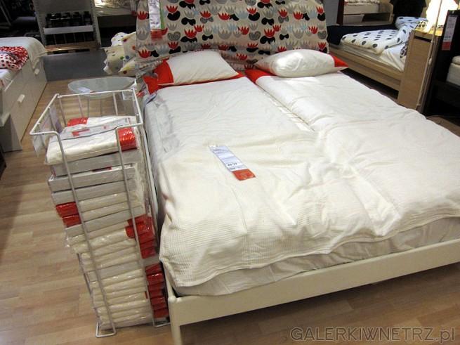 Łóżko do sypialni z małą niską ramą na nóżkach. Dobrym pomysłem jest wykonanie ...