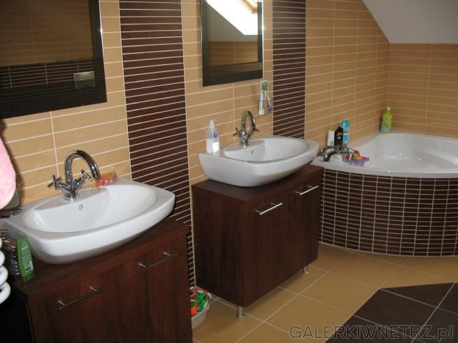 Łazienka z dwiema umywalkami i wanną narożną. Dwa lustra, symetria