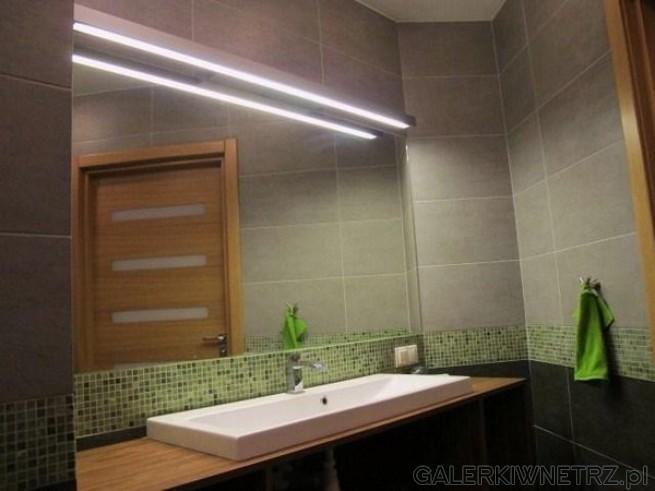 Nowoczesna łazienka z mozaiką. Oświetlenie kinkiet set raw firmy aquaform, długości ...