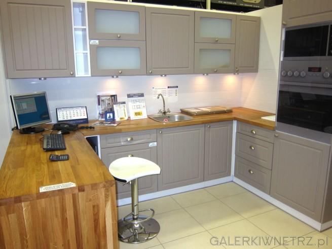Aranżacja kuchni z meblami PIANO, dostępnymi w dwóch kolorach: białym i truflowym. ...