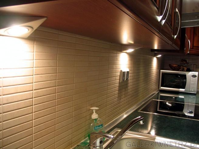 Kuchnia oświetlona reflektorkami - ładniej i wygodniej. Światło z halogenów ...