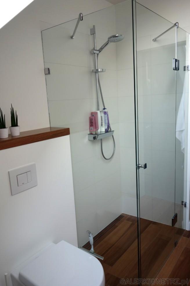 Minimalistyczna kabina prysznicowa ze szkła 8mm - jej wnętrze jest wyłożone ...