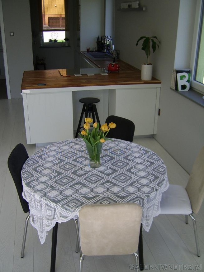 Mały stolik z krzesłami w dwóch kolorach - pasuje do całości i wprowadza nutkę ...