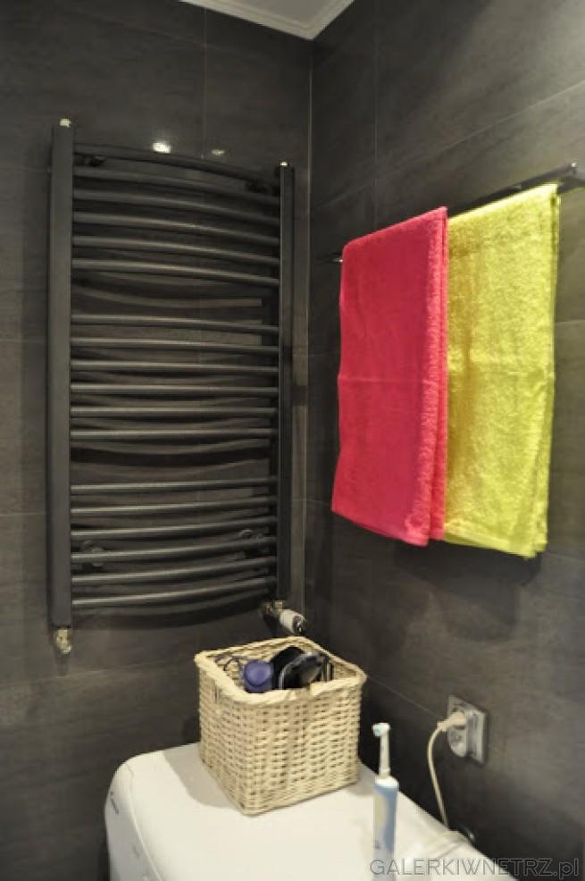 Grzejnik łazienkowy pomalowany na szaro, wkomponowany w całe wnętrze.