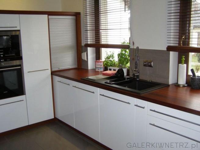 Drewniane Elementy Ocieplają Jasną Kuchnię Oświetloną