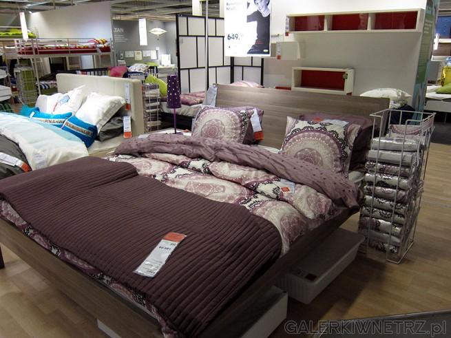 Łóżko wysokie na nóżkach z oparciem. Praktyczne gdyż zmieszczą się pod nim ...