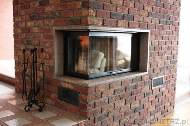 Klasyczny, w dobrym stylu kominek wykonany z surowej cegły. Jest to kominek narożny, ...